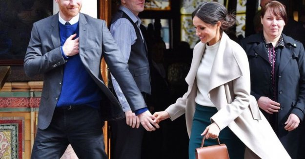 Why the royals their handbag in their left hand wear