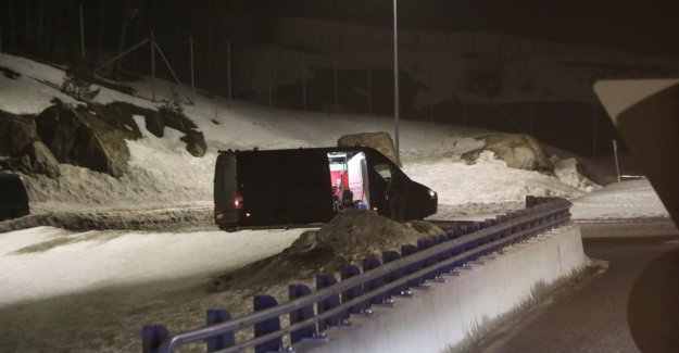 Bombegruppa examines the damaged car along the E18 in Norway