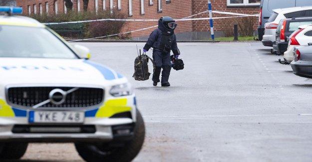 Details: Tried to detonate fjärrutlöst car bomb against the police