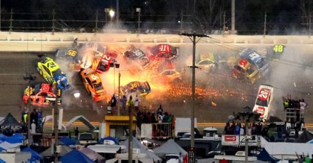 Dramatic video: the wild bunch crash classic race - flames flying 18 car in the collision: It ruined everything