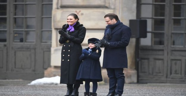 Princess Estelle, 6, disconnect was a sledding hill in the prince Oscar, 2, put the snow shovel fell to the