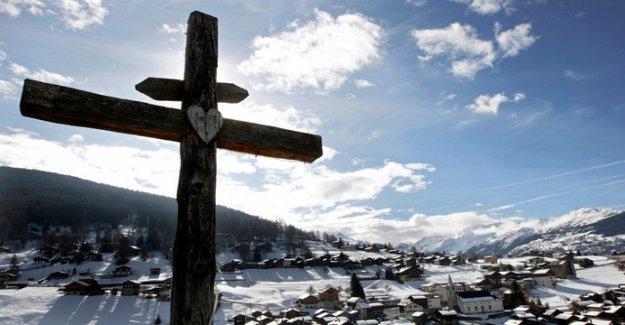 Skier hits tree and dies