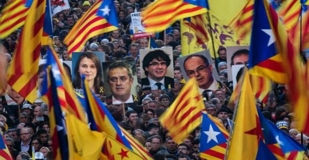 Spain : crowds demonstrate for Catalan separatists leaders