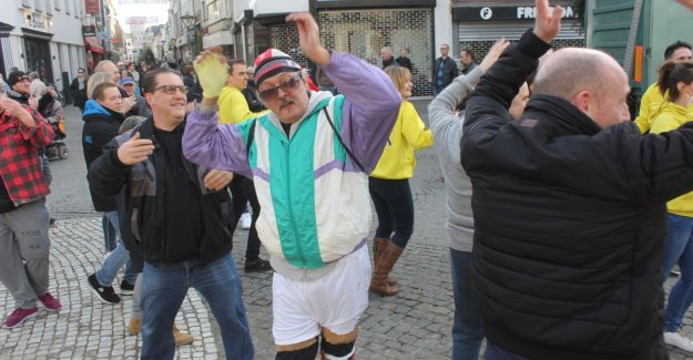 Video: Take the carnival parade in belgium in Aalst this year until midnight? Every single group wants a 3-minute dance to the Big Market