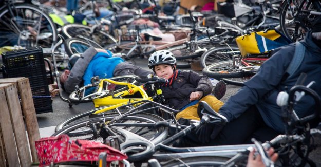 200 cyclists remain for dead at crossroads