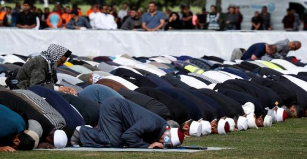 After the attack on mosques: new Zealand pray together