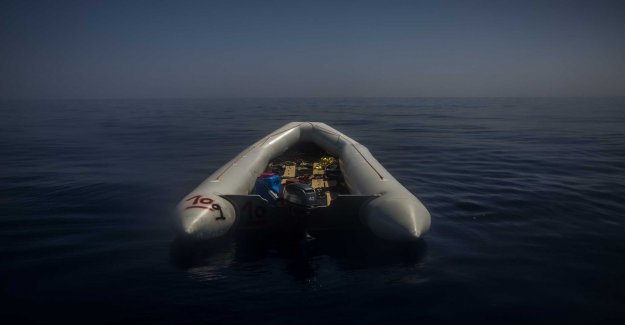 At least 30 migrants missing after shipwreck