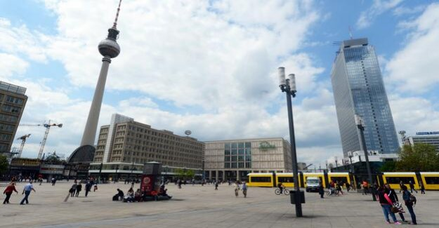 Berlin-Mitte : large-scale operation at Alexanderplatz
