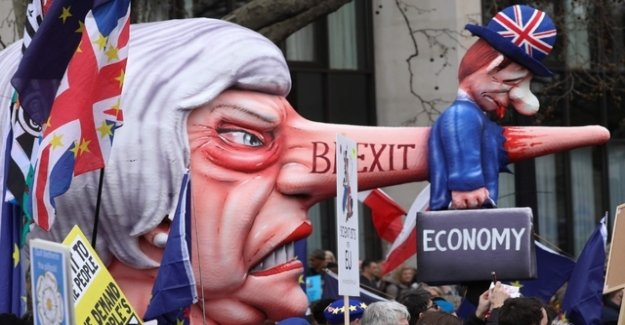 British protest against Theresa may's Brexit plans