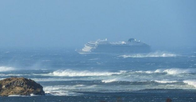 Cruise ship Norwegian coast in distress : rescue of the passengers is supposed to last the whole night