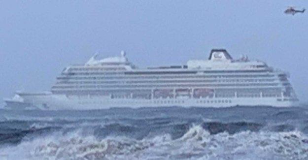 Cruise ship in distress at sea – 1 of 300 evacuated