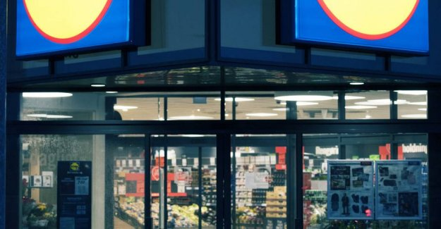 Customer fumbled and had not money enough: So gave Lidl-girl a lesson