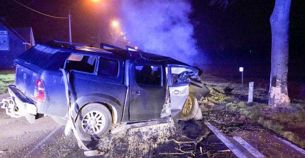 Driver only injuries after a heavy crash against a tree in Nederzwalm