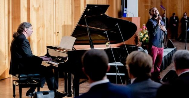 Exchange in the foreign office : Stubborn a diplomat following musicians