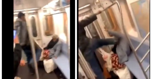 Metro passengers in a hurry New York watch the man helpless elderly woman aftuigt