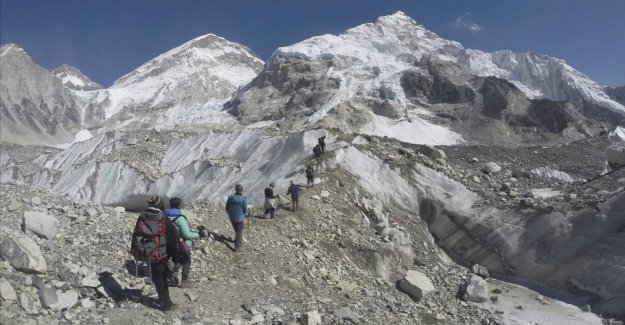 Mount Everest melting glaciers brings the dead climbers arrive
