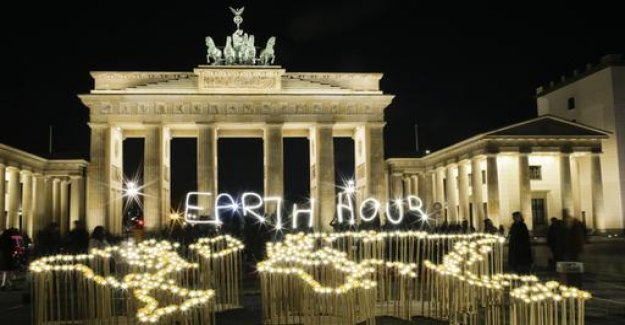 One hour of darkness for the climate: images of the Earth Hour