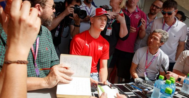 Our F1-watcher in Bahrain see how Dutch journalist will have a very unfortunate question to son Schumacher