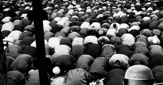 Peaceful muslim before the Friday prayer: Close your butt, Hizb ut-Tahrir