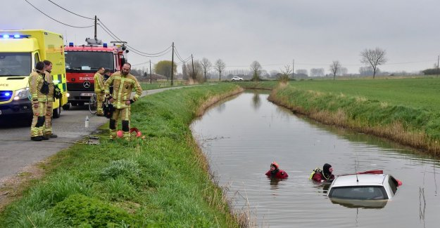 VIDEO. Car ends up in water after a collision, counterparty commits vluchtmisdrijf