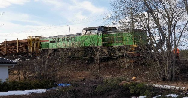 A freight train derailed – the risk of the tip down towards the house