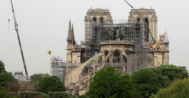 Construction workers ignored the Smoking ban in front of Notre-Dame-Brand