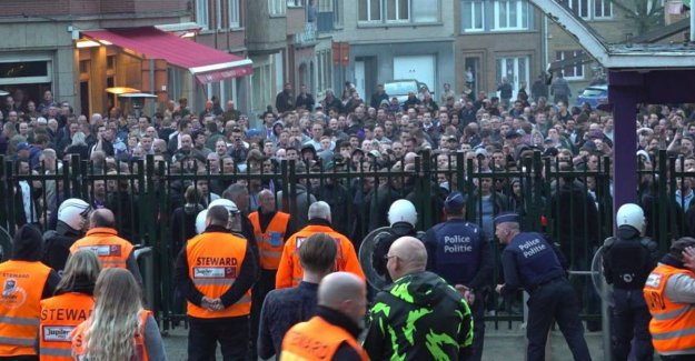 Coucke outside: fans of Anderlecht troops together for the main entrance and turn against president