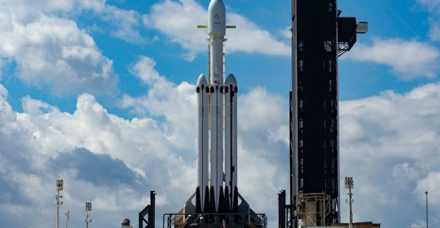 First commercial launch of the Falcon Heavy delayed due to weather conditions