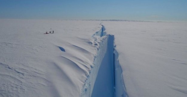 Giant iceberg in the final stage to tears of the Antarctic
