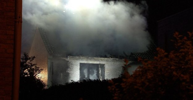Heavy fire destroys home in Of Dijcklaan: residents are woken up by the noise and smoke