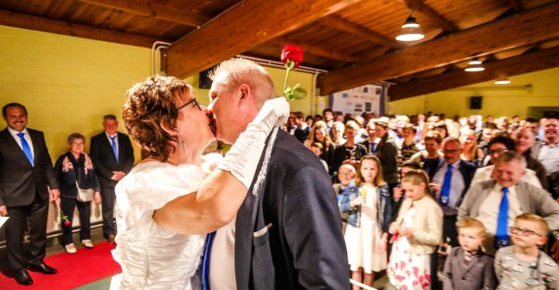Insanely party in Bovekerke: 53 couples renew trouwgeloften during the 900th year since anniversary of village
