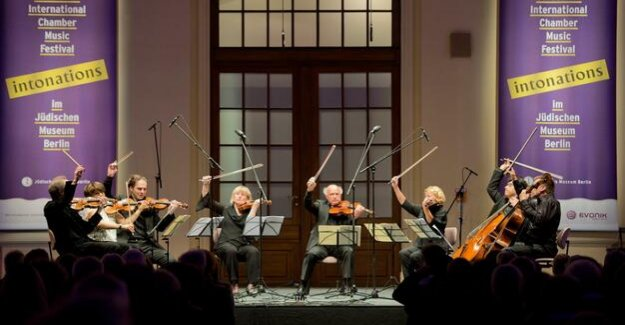 Intonation at the Jewish Museum : With a full sail in the sunset