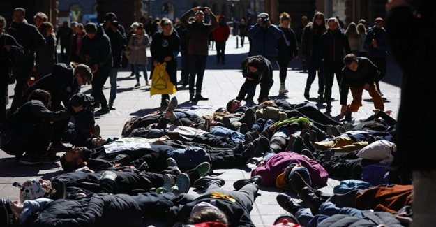 Klimataktivister blocking the parliament by playing dead