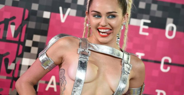 Miley Cyrus celebrates father with topløst photo