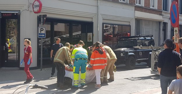 Older man gets a knife stab in the neck during a quarrel: victim seriously wounded to hospital