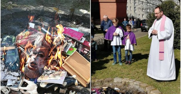 Polish priests burn Harry Potter books