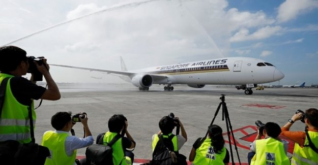 Singapore Airlines Dreamliner on the ground