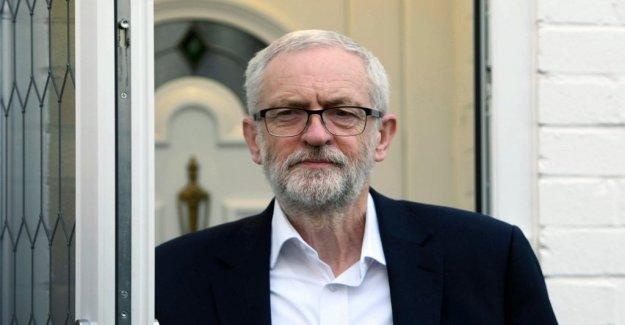 Soldiers övningssköt at the portrait of Jeremy Corbyn
