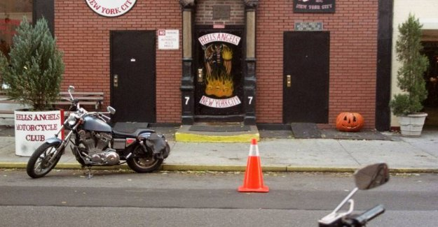 The Hells Angels are harassed by the lattedrikkende young