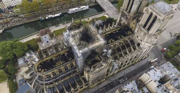 The camera shows: It started the fire in the Notre-Dame