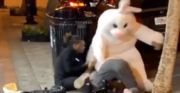 The easter bunny shares the beatings out in the gadeslagsmål