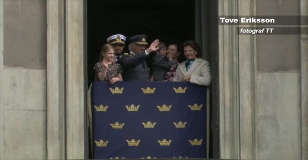 The king was celebrated with flowers and salut