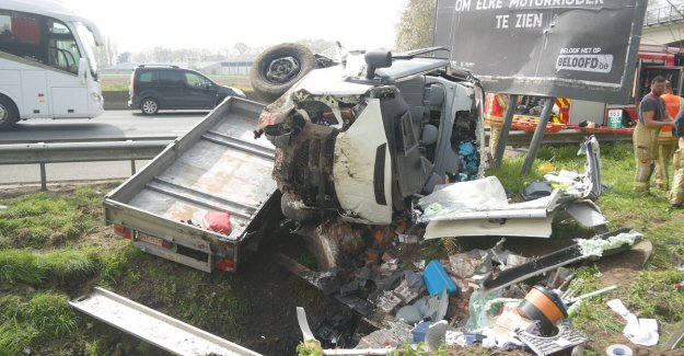 VIDEO. Driver forget to 'look look' and pops against diver on E40 in Aalter: two injured