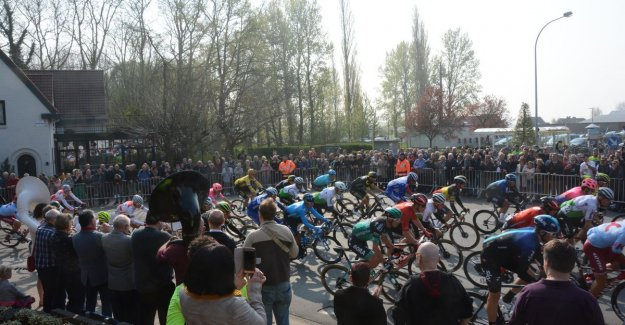 VIDEO. Fanfare and mass people welcome cycling peloton in Kruibeke