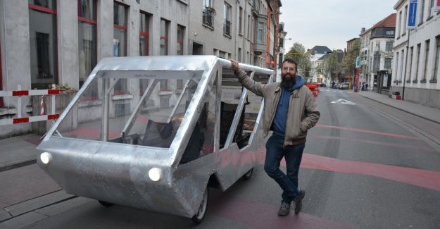 VIDEO. Stefaan runs carefree through Ghent's city centre, with home-made 'autofiets'