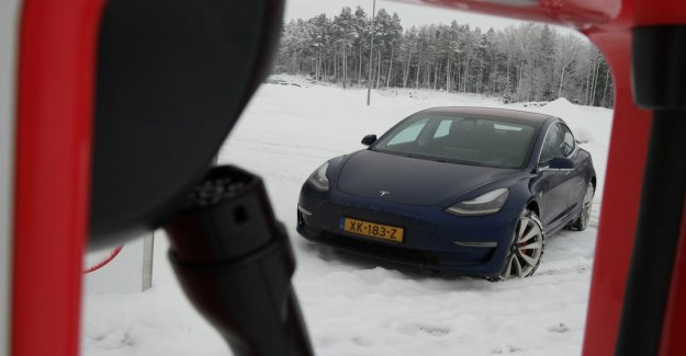 Volvo falls heavily on the new car market – Tesla tokrusar with the Model 3