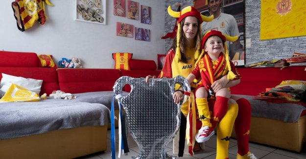 3-year-old Oli is one of the youngest kakkers in the stadium (and it comes in a special suit)