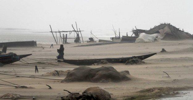 800 000 evacuees escape the cyclone