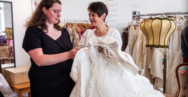 Brides in the thrift store: A wedding dress? That is over 45 euro