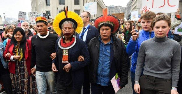 Chief Raoni asks 650 klimaatspijbelaars in Brussels to fight against deforestation